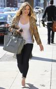 http://img295.imagevenue.com/loc491/th_762961658_Hilary_Duff_at_Crumbs_bakery21_122_491lo.jpg